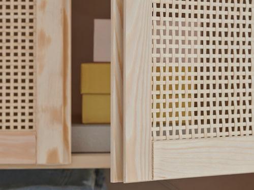 Ivar är tillbaka med dörrar i trendig bambuväv. Bambudörrarna kan endast monteras på stolparna Ivar, inte på skåpet Ivar.