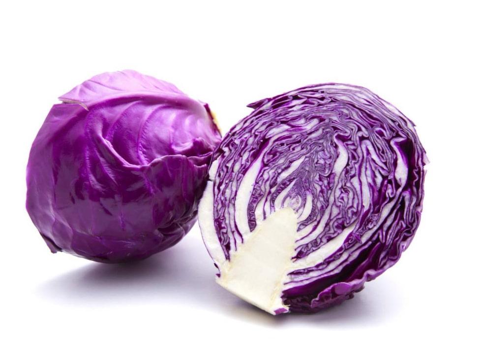Rödkål. God som råkost, rödkålen innehåller mycket C-vitamin och en del järn.