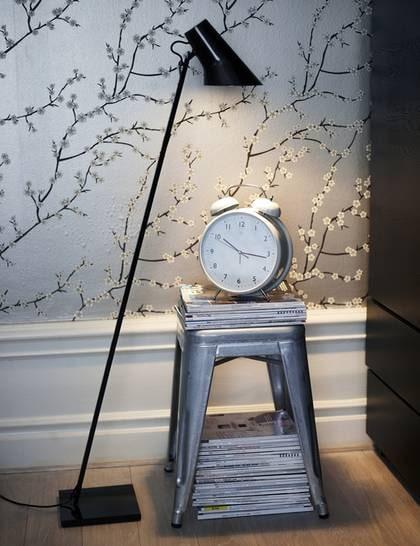 Stiligt i stål Golvlampa Kelvin F i stål och polykarbonat, höjd 130 centimeter, 2 950 kronor, Asplund. Pall Tolix, 2 200 kronor, Posh Living. Väckarklocka, 325 kronor, Room.