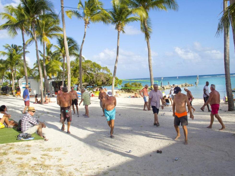 Här spelas det boule vid stranden i Saint-François.