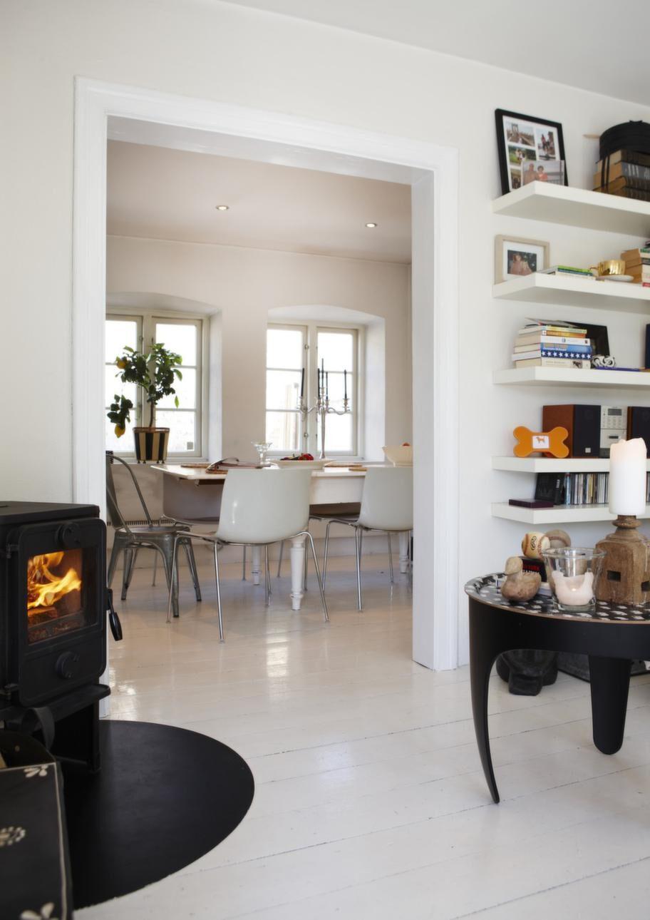 Öppet. Via vardagsrummet nås köket, med en generös matplats. Svart brickbord från Svenskt tenn.