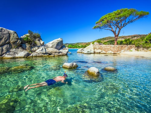 Korsika har trendig shopping och är perfekt för snorkling.
