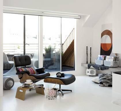 Heltäckande. Lamellgolv med vitmålad askfaner, går att lägga på ett befintligt golv men går inte att slipa, Viva  designwhite, 299 kr/kvm, Tarkett.