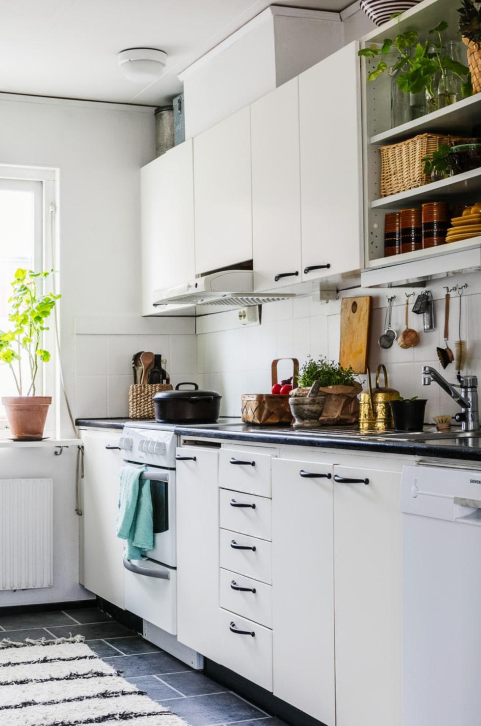 Vita luckor. Köket är litet men rymmer ändå allt som behövs. Matta från Butik Linnea. Loppisfynd. De bruna kopparna har varit Malins mormors. Den rostfria kannan är ett loppisfynd.