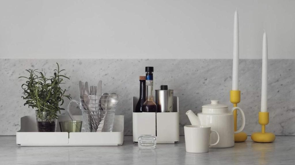 Gruppera på bänken. Samla flaskor och prylar du använder ofta på bänken på brickor och i skålar, allt på bilden kommer från Iittala.