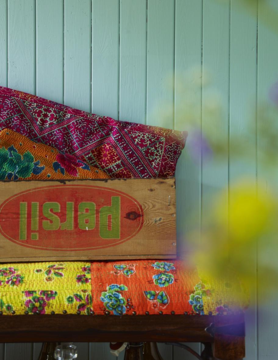Charmigt loppisfyndSvenskt loppisfynd i form av en gammal trälåda möter indisk textil och passar bra tillsammans. Kudde, 1 625 kronor, överkast/pläd, 2 300 kronor, AnnaO/Medinan. Bänk, 1 795 kronor, Indiska.