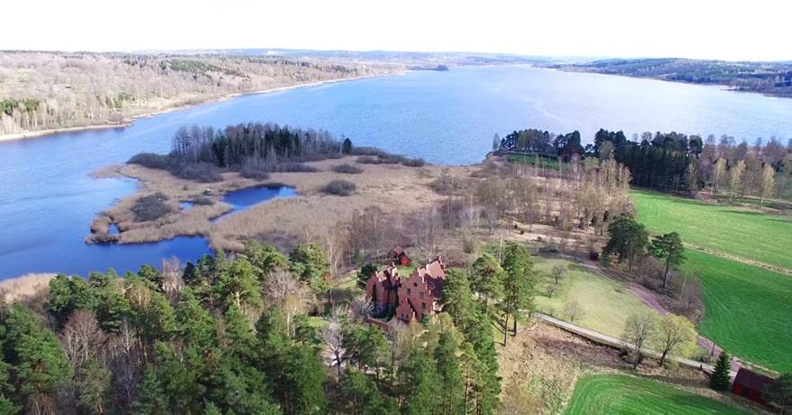 Nu har du chansen. Stjärneborg slott med massor av mark i Aneby, 41 km från Jönköping, är till salu. Den ligger på en höjd vid vackra sjön Rålangen.
