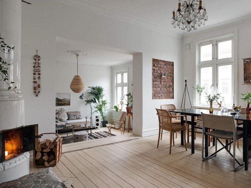 Vacker stuckatur och framtagen tegelvägg i flera rum.