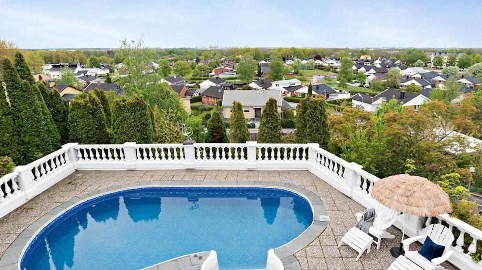 Den här utsikten från poolen har man i en villa i Norrköping.