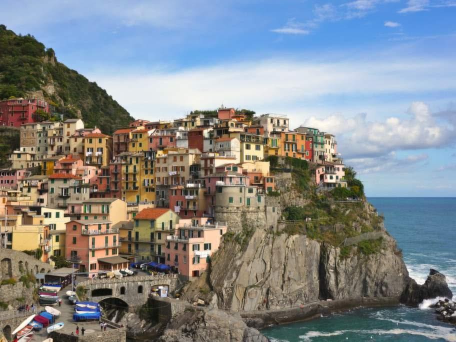 Staden Manarola i Cinque Terre hänger på en klippa ovanför Medelhavet.