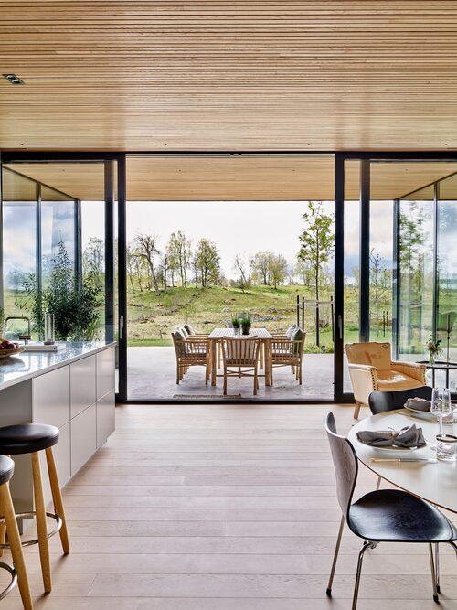 Fönsterväggen går att föras åt sidan helt. Det ger känslan av att huset och naturen är i symbios.