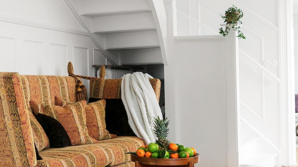 Soffan är handtillverkad och kommer från det engelska märket Artistic upholstery.