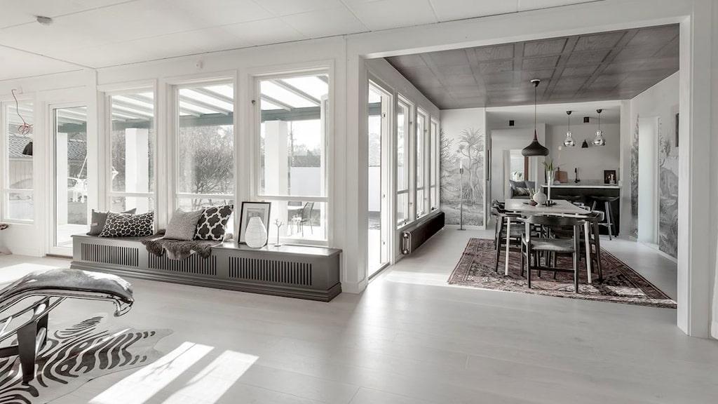 Huset är arkitektritat 1955. Planlösningen är öppen med stora fönster som ger stort ljusinsläpp. Se fler bilder inifrån huset i artikeln.