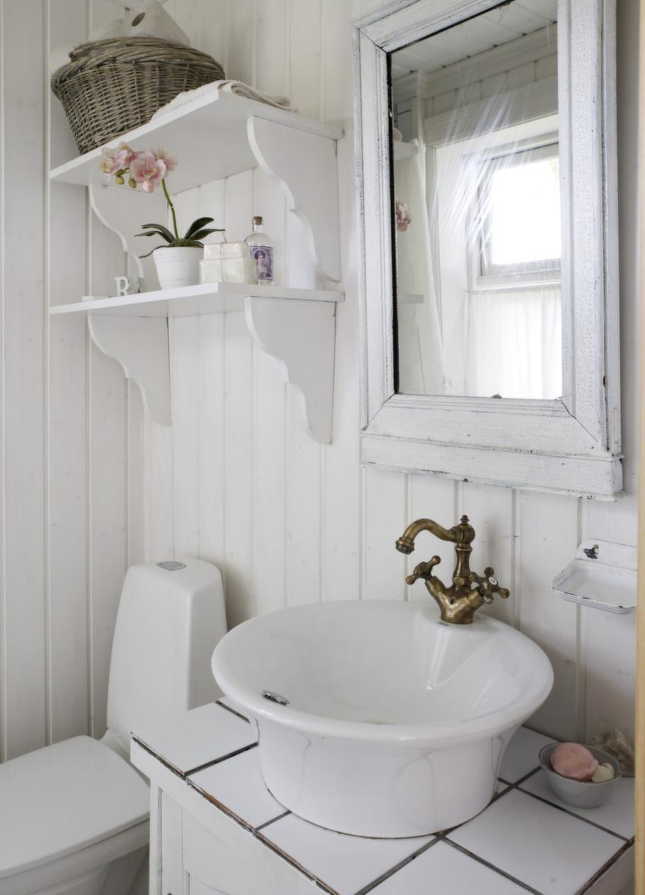 Badrum. Badrummet på nedre våningen är litet men hemtrevligt.