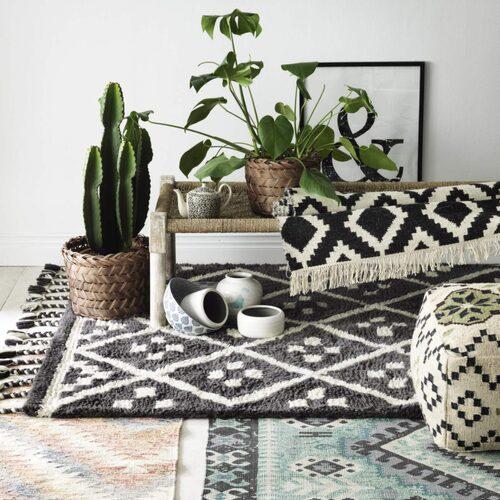 Bohemsitk och rustikt. Grafiskt och etniskt är aktuella mönster på mattor i vår. Allt från Ellos vårkollektion.