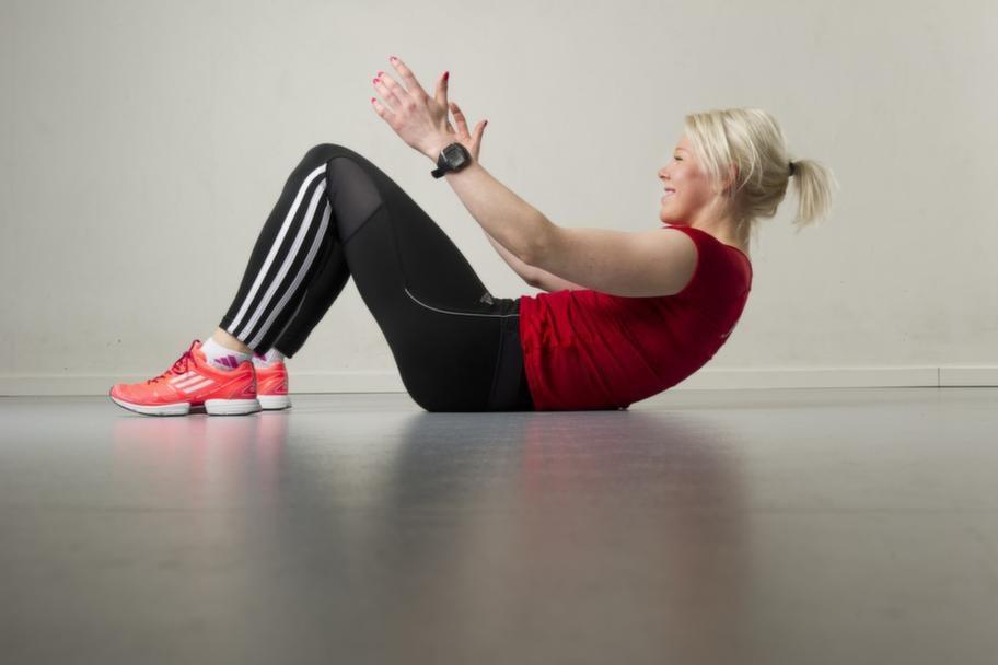 Set 2 Övning 1 Höga situpsKlassiska situps. Gå hela vägen ner och sedan hela vägen upp så att axlarna nuddar knäna. Håll in hakan och ha fötterna i golvet hela tiden.Repetera 10 gånger.Lättare variant: Gör vanliga låga situps.