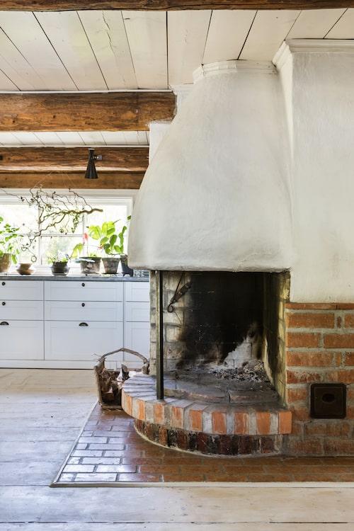 Varje morgon på helgerna under vintern tänder Maria och Pärlan en brasa i den härliga öppna spisen i köket.