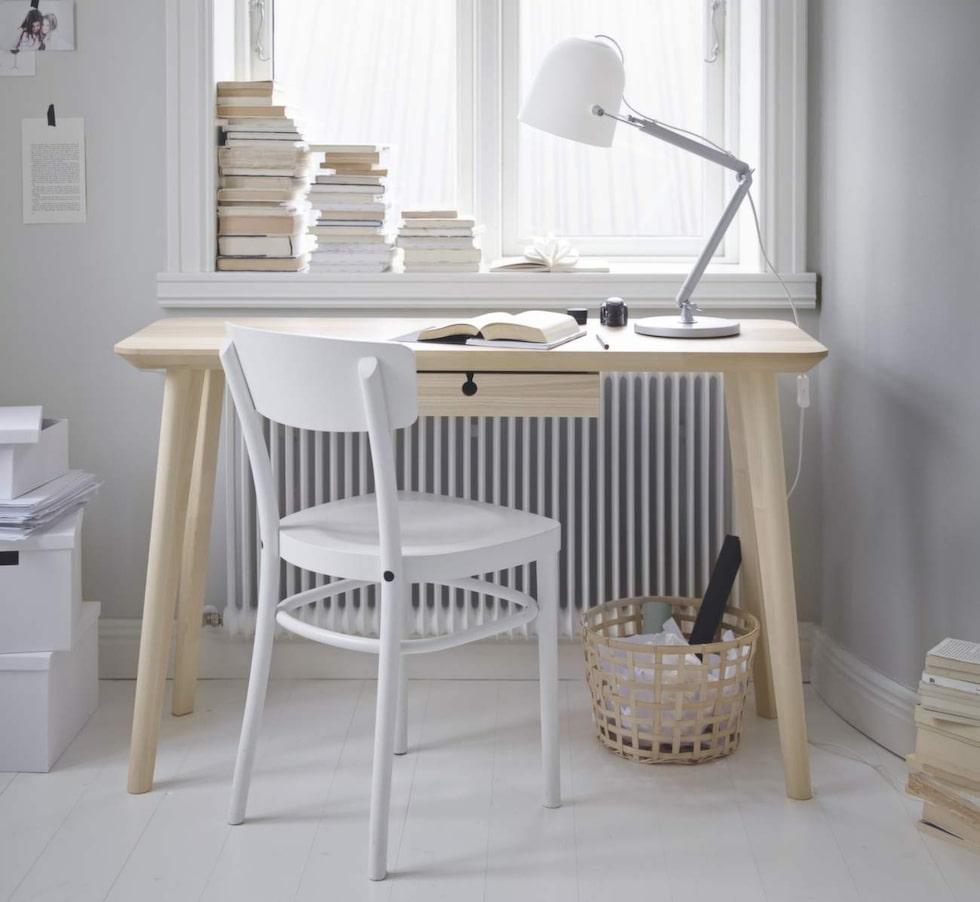 """Snyggt för hemmakontoret. Lisabo skrivbord, 1 295 kronor. Kul detalj är lådans """"handtag"""" i form av ett lås."""