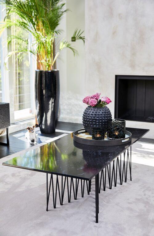 Soffbordet i svart marmor från Laila Bagges nya möbelkollektion.