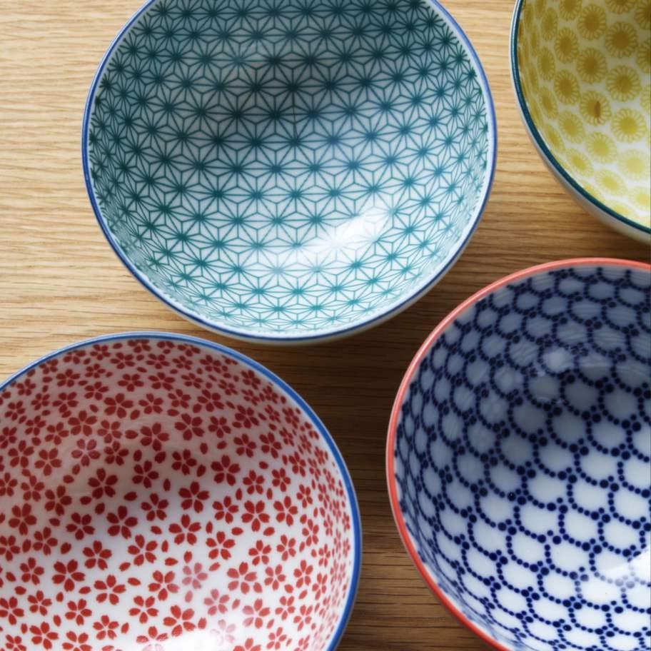 Söta mönster på textilier & porslin. Porslinsskålarna är ett exempel på allt det småmönstrade som kommer att fylla butikerna i år. 350 kronor för fyra stycken, Designtorget.