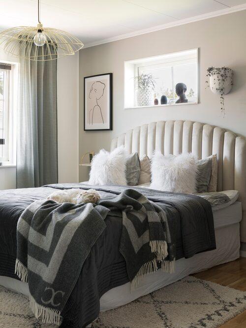 Nathalies och Kalles sovrum är inrett i hotellstil med personlig touch. Sänggavel Snäcka, Mio. Överkast, Svanefors. Pläd, Classic Collection. Sängkläder, Ellos. Tavla, Dear Sam.