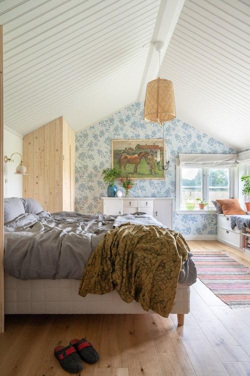 För att på bästa sätt nyttja utrymmet under snedtaket har paret platsbyggt garderober. Taklampa, Ikea. Skåp, byggt av Johns farfar. Vägglampa och plansch, Marketplace. Tapet Vera, Sandberg.