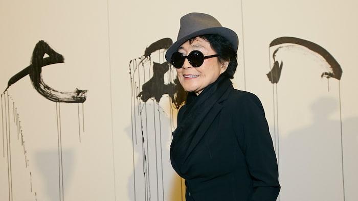 Yoko Ono arbetar som konstnär och har skapat sin version av revolverskulpturen som skapades av svenske konstnären Carl Fredrik Reuterswärd efter mordet på John Lennon.