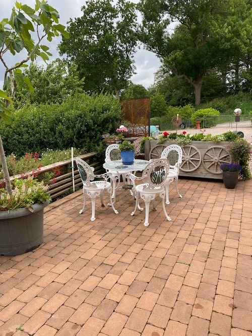 Mysig uteplats. I trädgården finns även en jordkällare och bärträdgård med hallon, krusbär och blåbär.