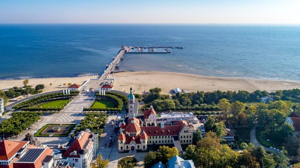 Från den 511 meter långa träpiren har man fin utsikt över Sopots berömda hotell Sofitel Grand.