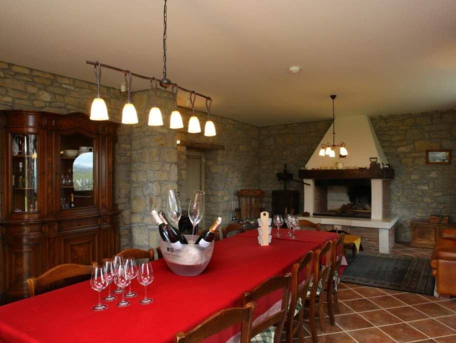 Bottenvåningen rymmer en stor matsal med öppen spis...