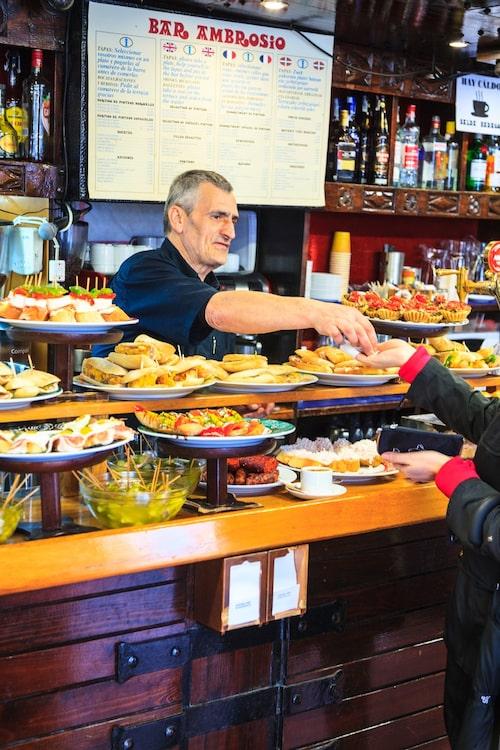 I San Sebastián hittar man många Michelinrestauranger – och barer med pintxos.