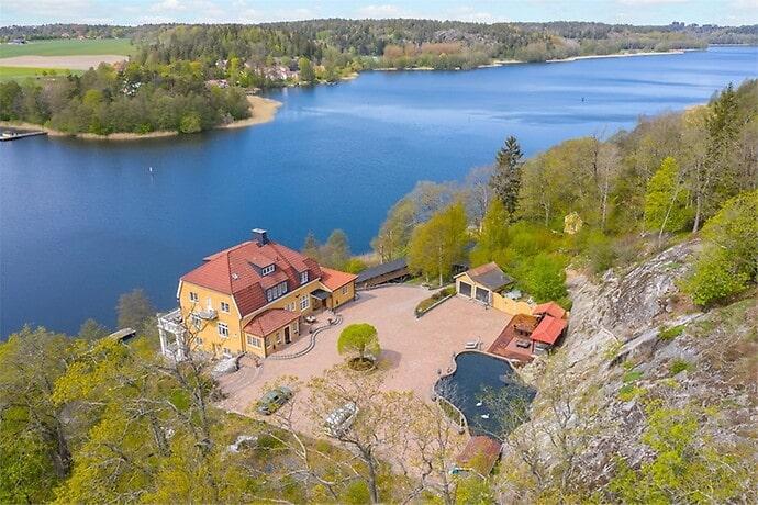 Huset ligger vid en konstgjord sjö och är 700 kvadratmeter fördelat på fyra plan.