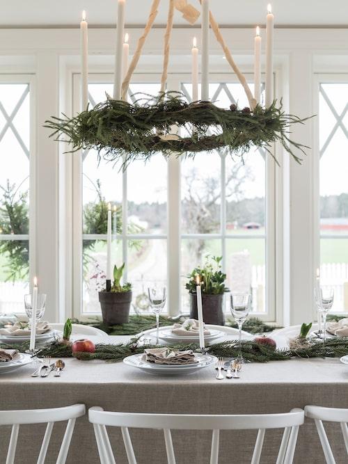 Therese skapar julstämning med vackra blommor, som hyacinter, julrosor och amaryllis.