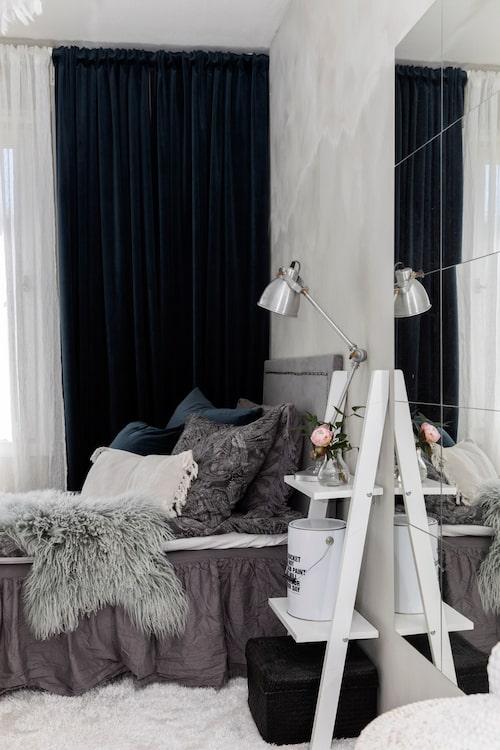 Ett tonårsrum behöver inte vara stort så länge det är mysigt inrett. Spegeln i sovrummet får Jasmines rum att kännas rymligare. Vit gardin, Fondaco. Mörkblå sammetsgardin, Svanefors.