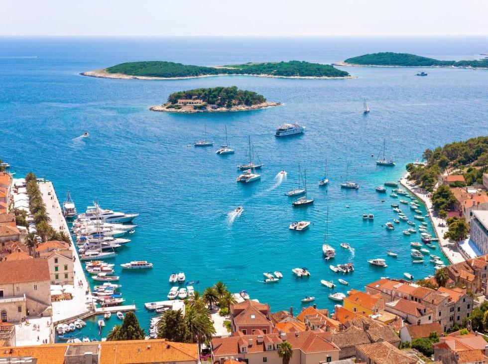 Hvar ligger i Adriatiska havet. Här kan man stöta på segelfartyg från hela världen.