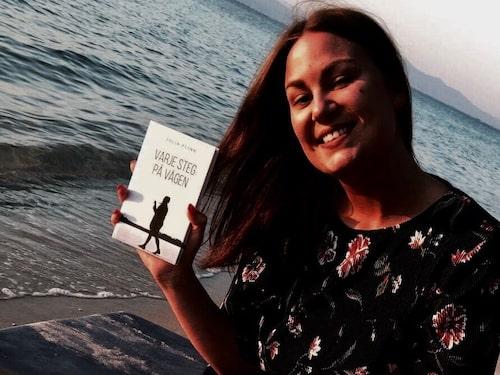 """Julia Flink har skrivit boken """"Varje steg på vägen"""". Med boken vill hon hjälpa andra genom att dela med sig av sin historia."""