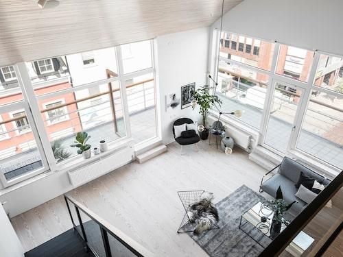 Från övervåningen kan man se hur stor terrassen är.