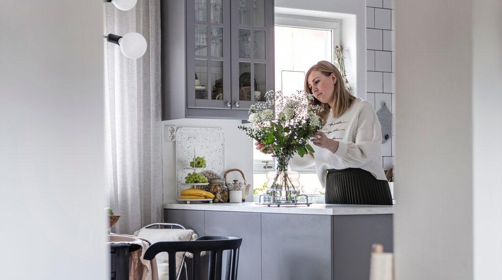 Malin och Joakim rev väggen mellan kök och matrum för att skapa en mer öppen planlösning. Den gamla köksinredningen har ersatts med nya skåp från Ikea med gråa luckor.