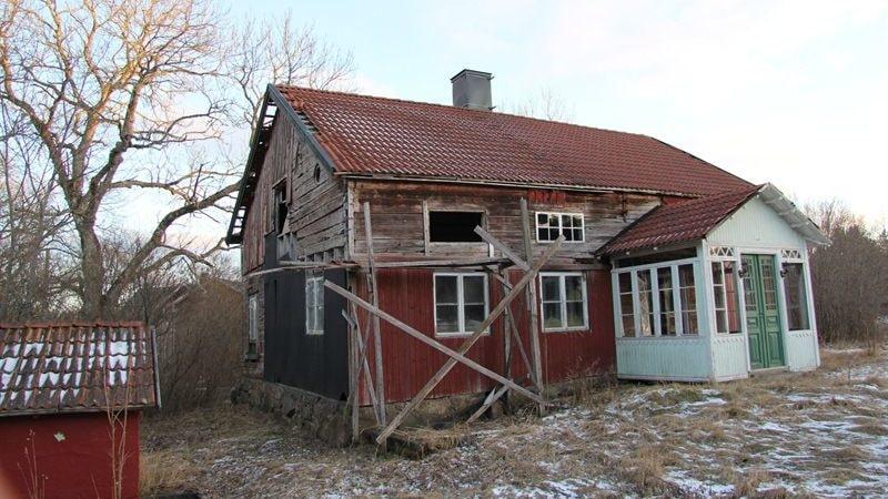 En hel del renoveringsbehov för att få huset beboeligt igen, men det kan bli väldigt fint.