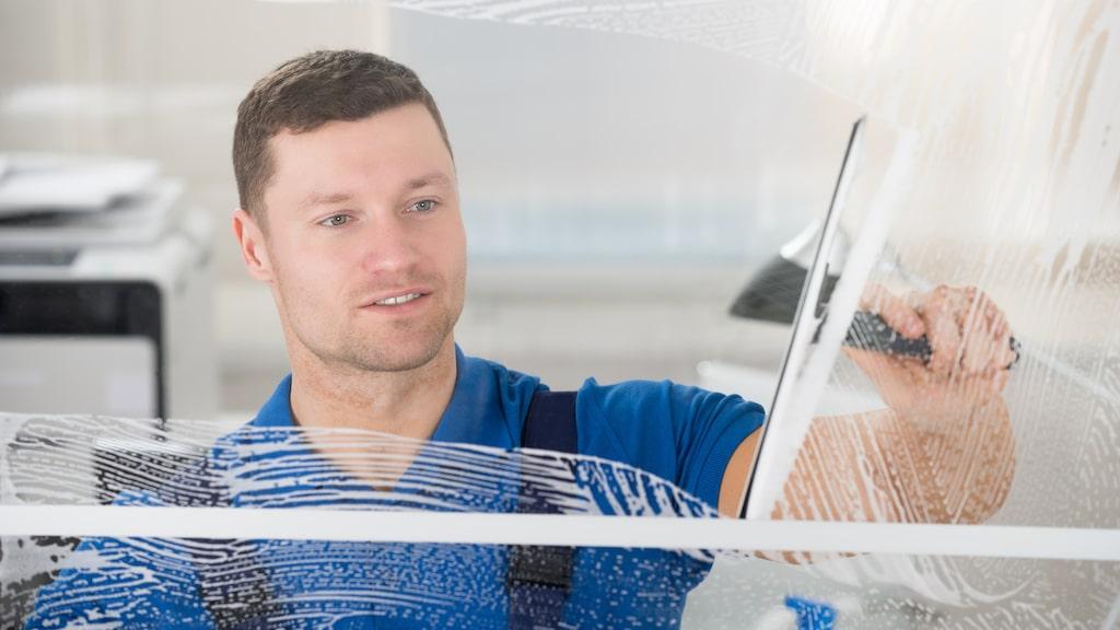 Putsning av fönster och speglar hamnar allra längst ned på listan för båda könen av hushållsgöromålen.