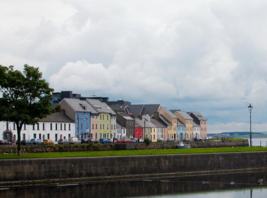 Vacker vy över inloppet i hamnen till den gamla fiskebyn Galway.
