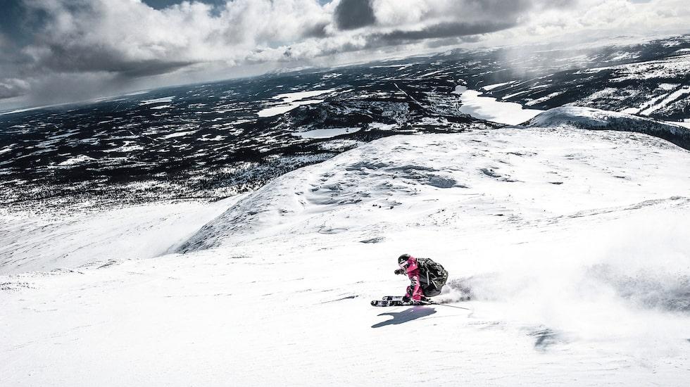 Offpiståkning på Åreskutans baksida med orörd skidterräng och storslagen vy över jämtlandsfjällen. Från toppstationen är det 15 minuters hajk. Vill du spara på krafterna kostar det en hundring att tolka efter snöskoter.