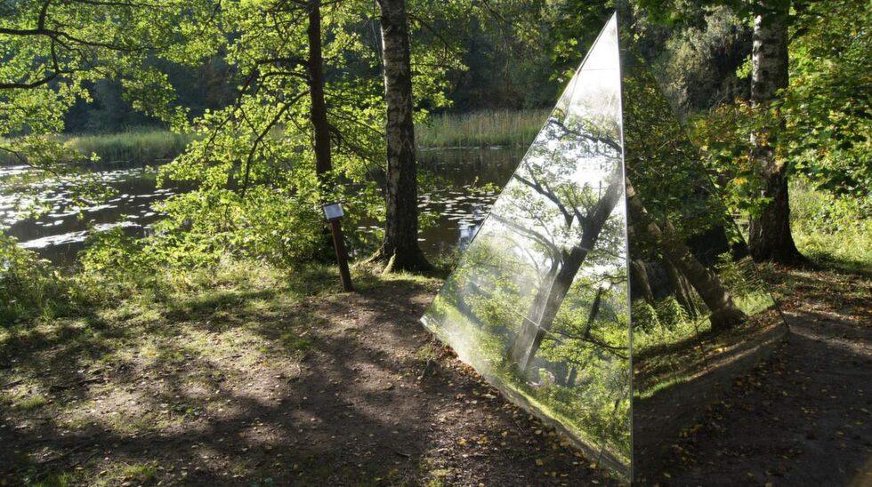 <p>Vid Snytenån i den lilla västmanländska orten Ängelsberg ligger Skulpturparken.</p> <p><br></p>