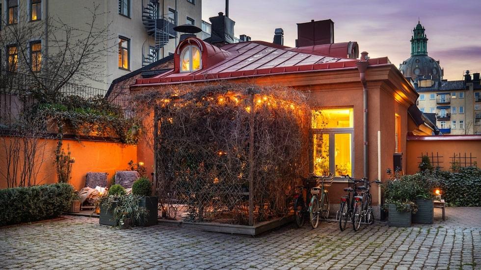 I Vasastan i Stockholm ligger det här lilla huset, som just nu är till salu för nästan 7 miljoner kronor.
