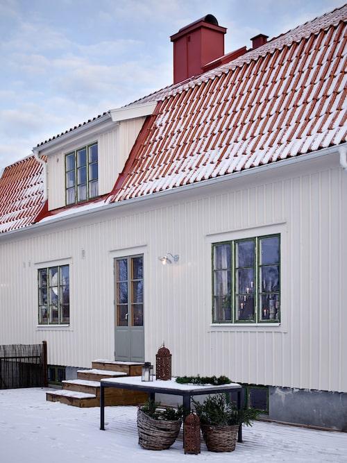 Till huset hör en trädgård på 2 000 kvadratmeter med många fruktträd.