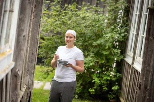 På gården intill Ystegårn i Forsa ystar Johanna Hildingsson sin hälsingeostkaka som flera år i rad kammat hem första pris i SM i mathantverk.