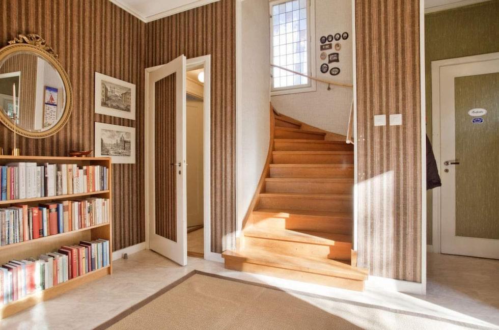 Räcket i trappan är original från byggåret.