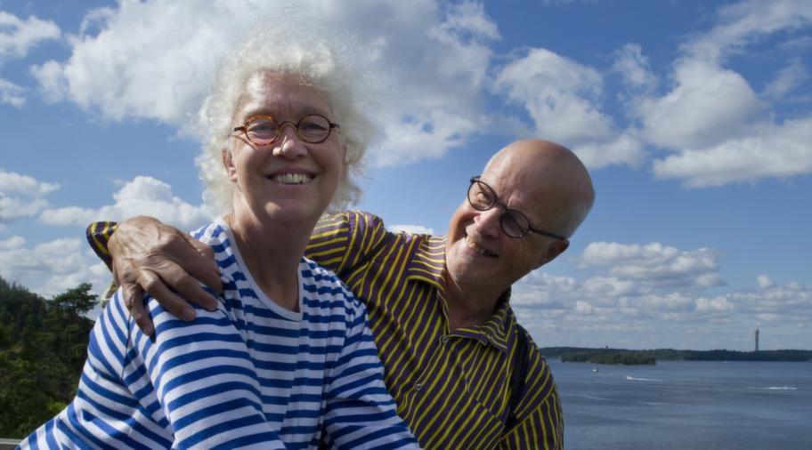 """Skrek vid beskedet. Peter af Petersens, 69, hustru Kajsa af Petersens diagnostiserades med alzheimers för fem år sedan. Peter skrek rakt ut när han fick beskedet - Kajsas reaktion var helt annorlunda. """"Det första hon sa var: då behöver jag inte förställa mig längre. Det var nog en befrielse för henne att få en förklaring till varför saker hade varit svåra för henne"""", säger han. ,"""