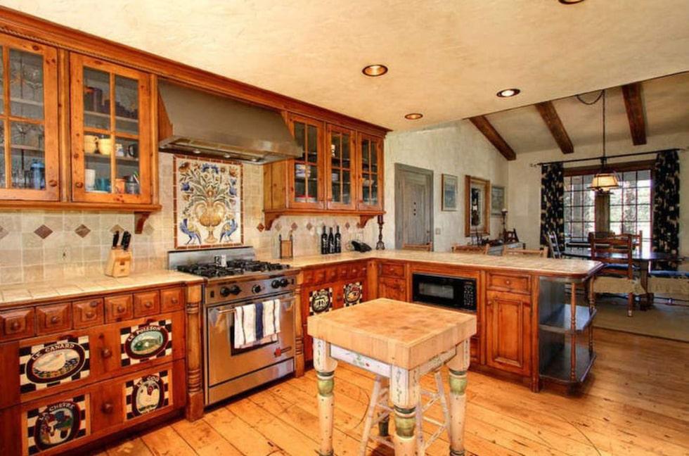 Köket har ett franskinspirerat tema.