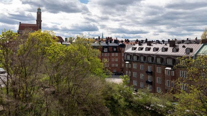 Utsikten sträcker sig långt. På vindsvåningen finns öppningsbara fönstertak som när de öppnas upp förvandlar vinden till en 15 kvadratmeter takaltan.